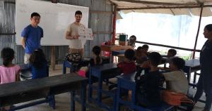 Voluntarios/as dando clases de inglés en Camboya