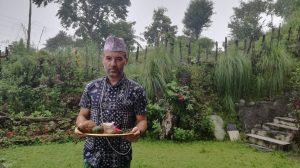 Voluntario aprendiendo nuestras tradiciones en Nepal