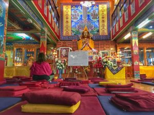 Voluntaria de India en un centro de meditación