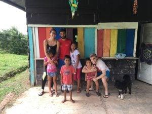 Daniel con algunos niños/as del proyecto y una de sus coordinadoras