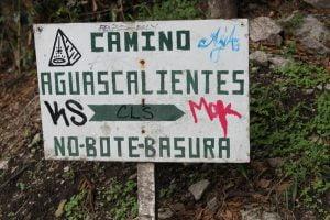 Cartel camino al Machu Picchu prohibiendo verter basura