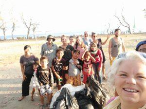 Grupo de voluntarios/as tras una limpieza de playas en Indonesia