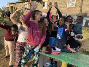 Saray, Anna, Lidia y Paula durante su voluntariado en el centro de acogida