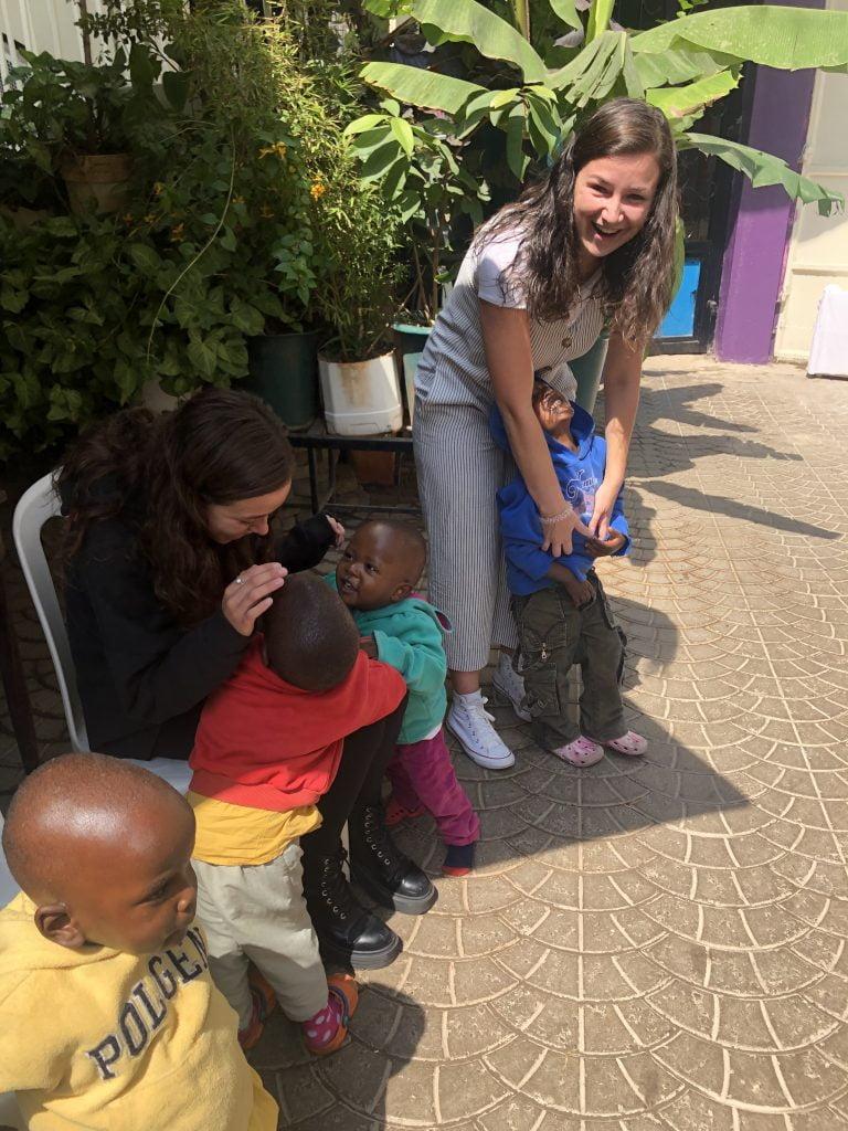 Jugando con los peques en el orfanato